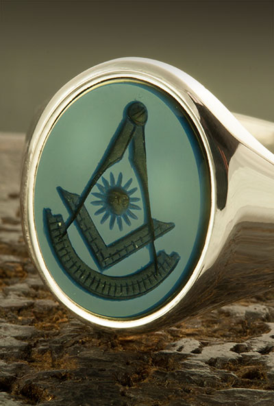White gold sardonyx signet ring engraved with a past master masonic