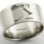 Wedding band engraved with an heraldic crest